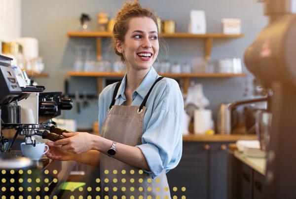 Frau an der Kaffeemaschiene